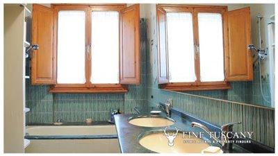 Villa-for-sale-in-Bientina--Tuscany--Italy---Ground-floor-bathroom
