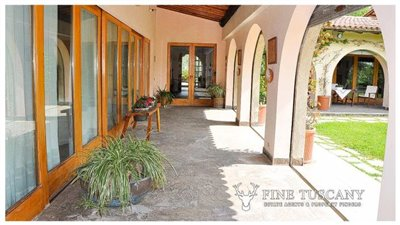 Villa-for-sale-in-Bientina--Tuscany--Italy---porch