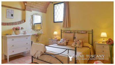 Property-with-pool-and-land-for-sale-in-Monteroni-d-Arbia--Chianti--Siena--Tuscany--Italy-29
