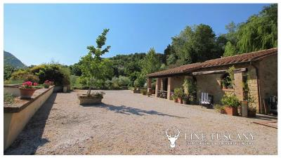 Fully-detached-stone-house-for-sale-in-Volterra-Pisa-Tuscany-Italy-10
