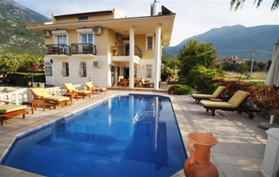 immaculate-4-bedroom-villa