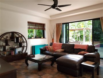 Samui-Villa-With-Beach-Access-For-Sale-Living