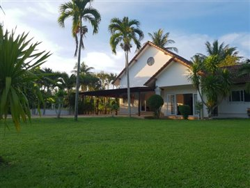 Lipa-Noi-Property-For-Sale-Ko-Samui-Lawn
