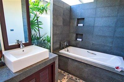Beachside-Pool-Villa-Lipa-Noi-Bathroom