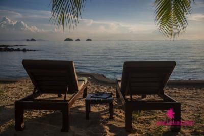 Five-Islands-Beachfront-Villa-Ko-Samui-Sun-Loungers