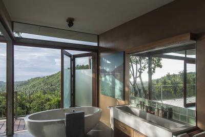 The-Naked-House-Luxury-Bathroom