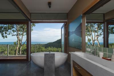 The-Naked-House-Sea-View-Bathtub