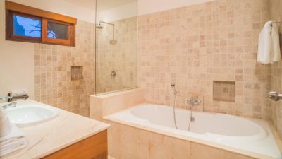 Baan-Leelavadee-Master-Bathroom