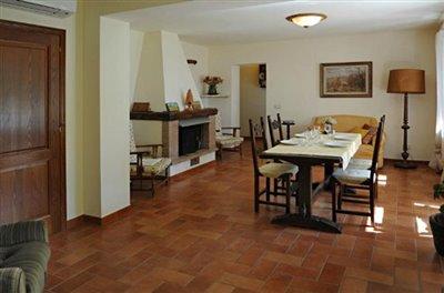 casali-toscana-casa-mario-foto08-vista-soggiorno-1172x776