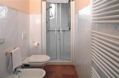 casali-toscana-casa-mario-foto10-vista-bagno-1172x776