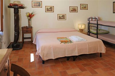 casali-toscana-casa-mario-foto11-vista-camera-matrimoniale-1172x776