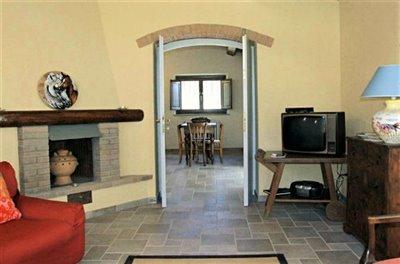 casali-toscana-casa-lisa-foto04-vista-soggiorno-1172x776
