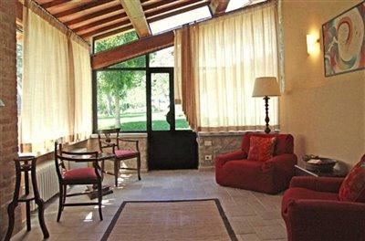casali-toscana-casa-lisa-foto05-vista-soggiorno-1172x776