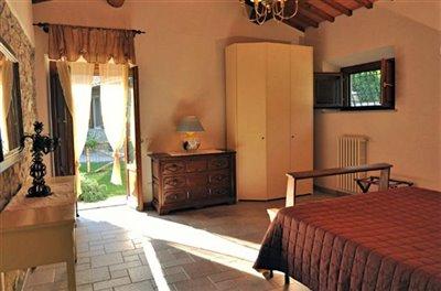 casali-toscana-casa-lisa-foto11-vista-camera-matrimoniale-1172x776