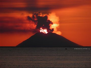 2014---Santa-Maria-Tramonto-Stromboli-Eruzione_2048