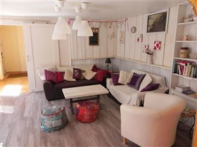 Image No.6-6 Bed Commercial for sale