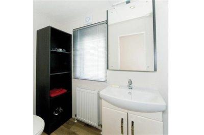 THORNBURY-caravan-shower1