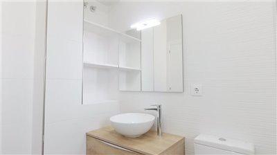 18-upstairs-bath