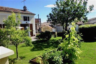 18-garden-facing-house