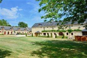 Louresse-Rochemenier, Property