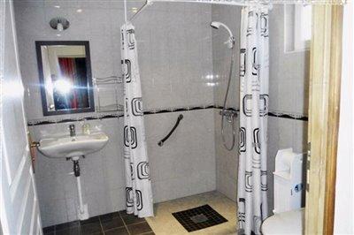 v-shower-roomresized-800-framed-glass