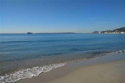 beach-three-minutes-walk-away
