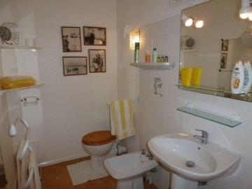 Taylor-studio-bathroom