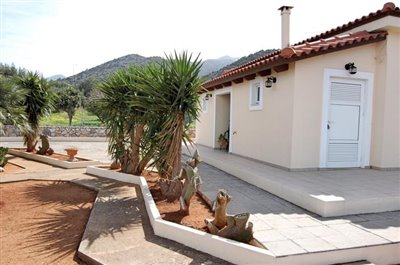 H-MAL201-House0with-garden-at-Malia12