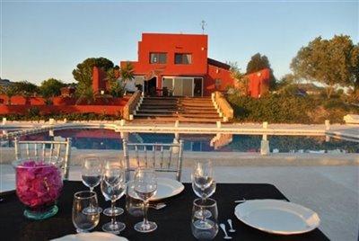 fachada-con-mesa-y-piscina-1