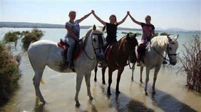3-chicas-en-caballo-en-pantano-1