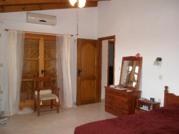 530-KH-1703-main-bed-to-patio-doors