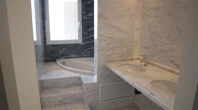 Bathroom-double-sink-and-raised-bath