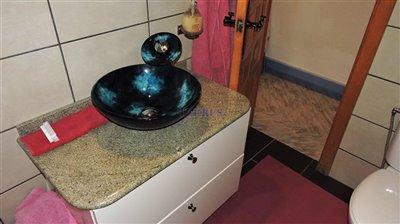 bathroom-1b-apartment
