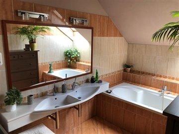 12--Bathroom-with-Bathtub
