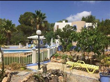 38dmp12ubqhuis-met-grote-tuin-en-zwembad-in-e