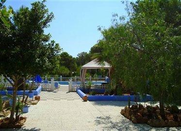 yjlcz3ql46ghuis-met-grote-tuin-en-zwembad-in-