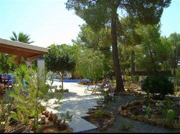 bdxn2mvpqrihuis-met-grote-tuin-en-zwembad-in-