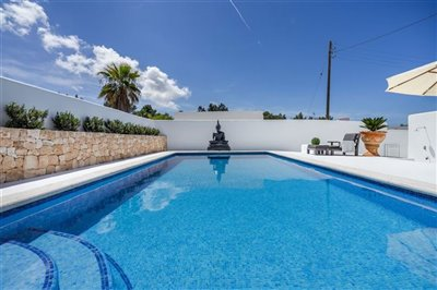 rr026q43ad9exceptional-villa-has-recently-bee