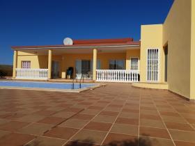 Triquivijate, Villa