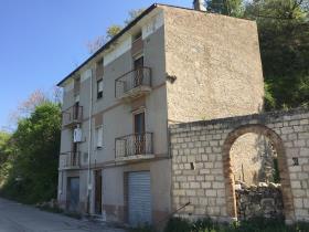 Bomba, Townhouse