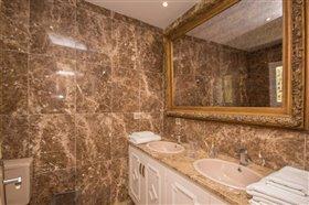 Image No.17-11 Bed Villa / Detached for sale