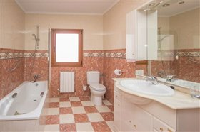 Image No.16-8 Bed Villa / Detached for sale