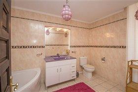 Image No.24-8 Bed Villa / Detached for sale