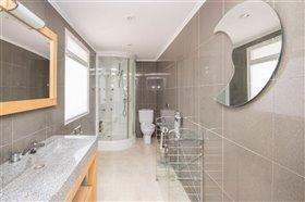 Image No.28-8 Bed Villa / Detached for sale