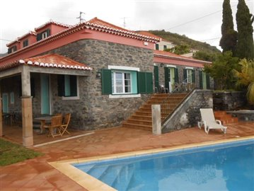 Swimming-pool-and-house-2-Ponta-do-Sol