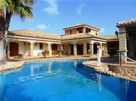 Orihuela Costa, Property