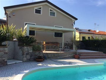 Sarzana-Villa-with-pool--1-