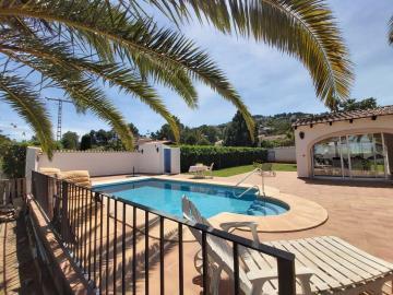 LS-439-villa-with-pool