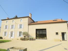 Image No.0-Manoir de 5 chambres à vendre à Lussac-les-Châteaux