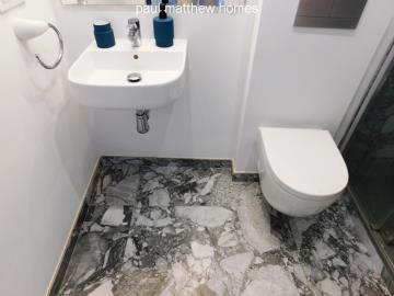toilet-in-bathroom-in-denia-apartment